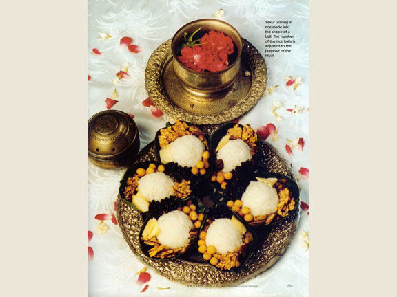 Sekul Golong, a made ball rice amounted in according to the purpose of the ritual.Source: Yul Adriansyah in Chamamah Soeratno, et.al. (eds.), 2002. Kraton Jogja: The history and cultural heritage.