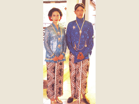 Suit of sons of sovereign with their wives when attending Ageng Ceremony